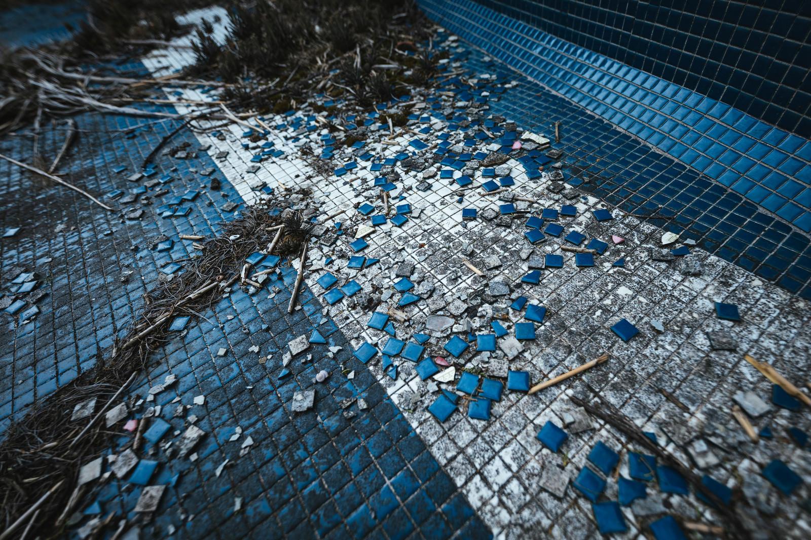 「タイルが散らばる不気味な場所(徳之島ニューオータニ・ホテル跡)」の写真
