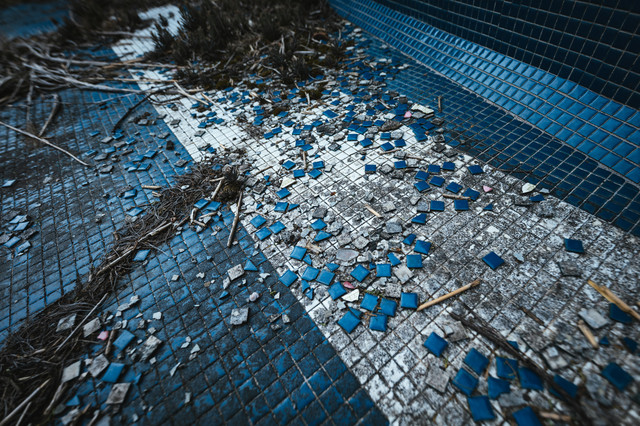 タイルが散らばる不気味な場所(徳之島ニューオータニ・ホテル跡)の写真