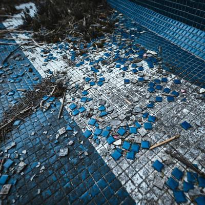 「タイルが散らばる不気味な場所(徳之島ニューオータニ・ホテル跡)」の写真素材