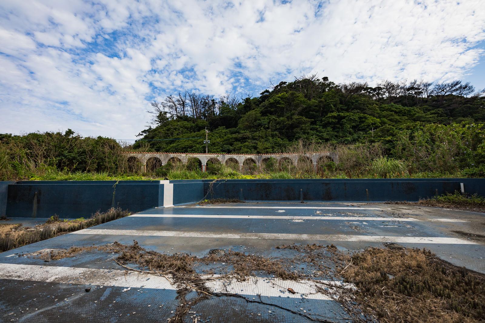 「閉鎖された徳之島ニューオータニ・ホテル 廃墟とプール跡」の写真
