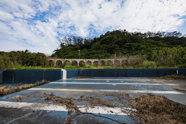 閉鎖された徳之島ニューオータニ・ホテル 廃墟とプール跡の写真