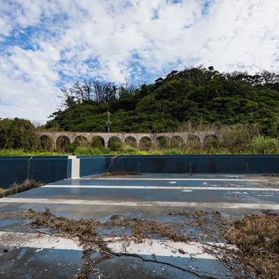 「閉鎖された徳之島ニューオータニ・ホテル 廃墟とプール跡」の写真素材