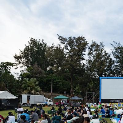 「徳之島黒砂糖祭りの野外シネマの様子」の写真素材