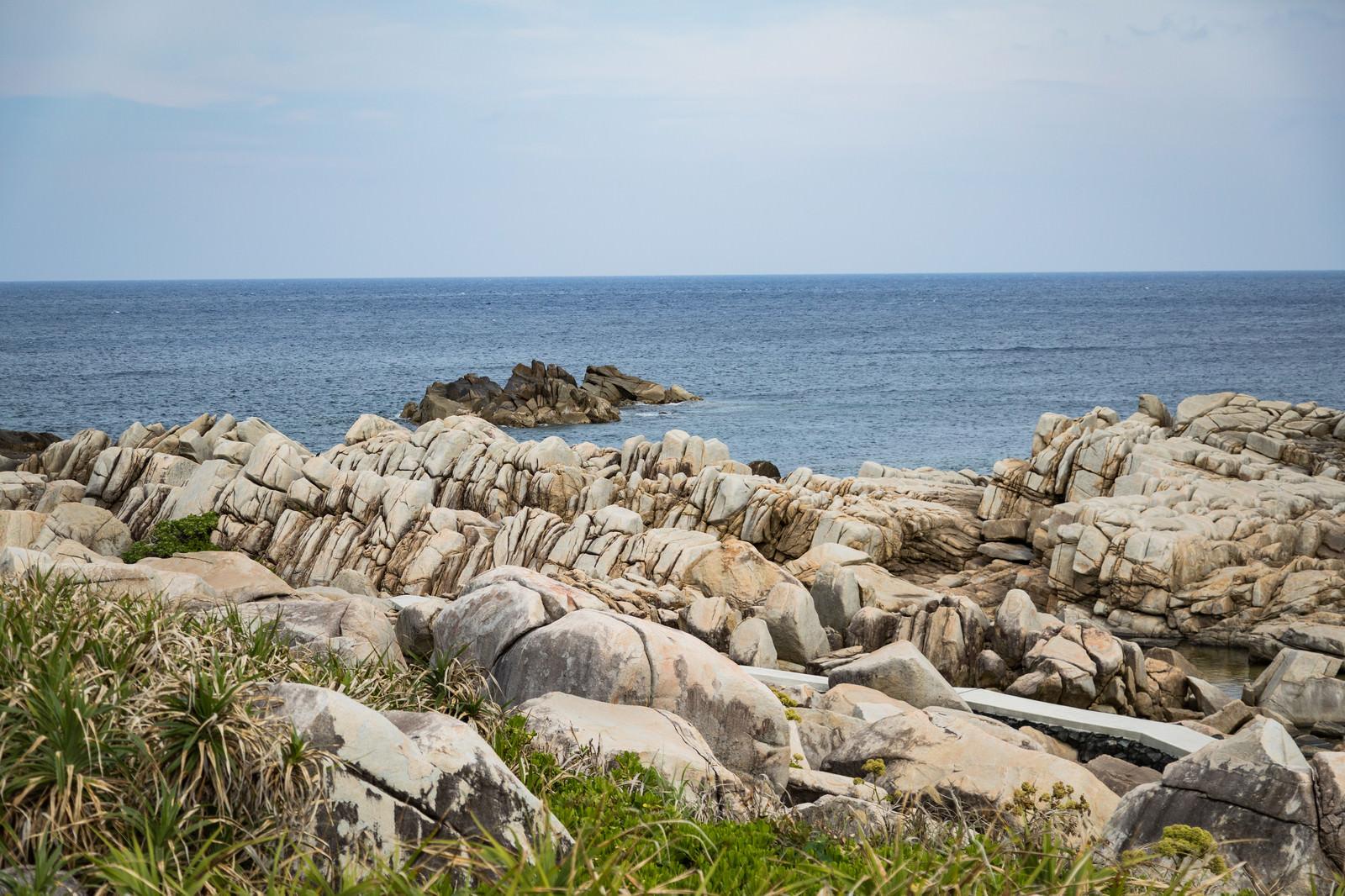 「巨岩が連なる徳之島のムシロ瀬」の写真