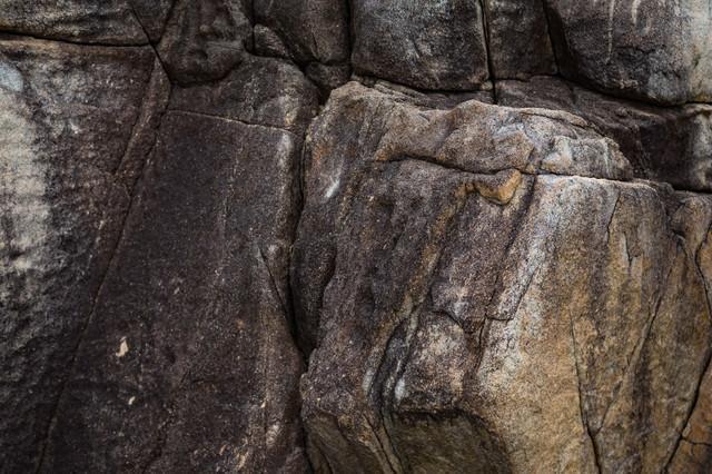 ムシロ瀬のごつごつした岩の写真