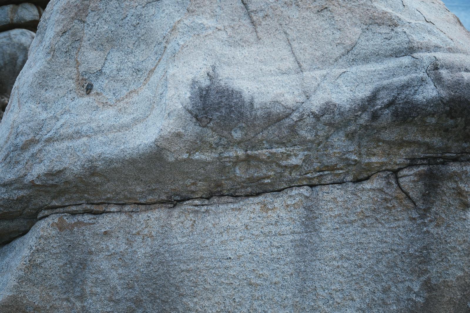 「中央に亀裂の入った巨岩」の写真