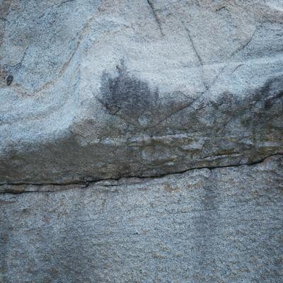 「中央に亀裂の入った巨岩」の写真素材