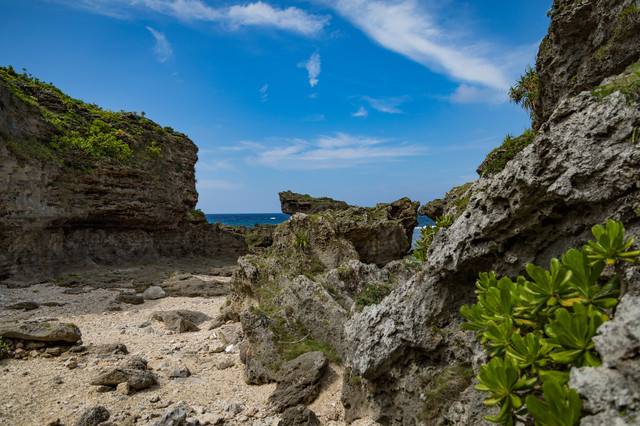 犬田布海岸の岩場の写真