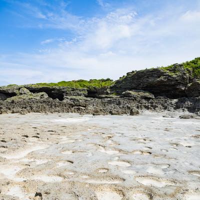 「珊瑚の岩のくぼみと塩田跡ミヤドーバル(犬田布海岸)」の写真素材