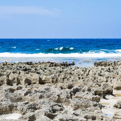 犬田布海岸のゴツゴツした岩場と海の写真