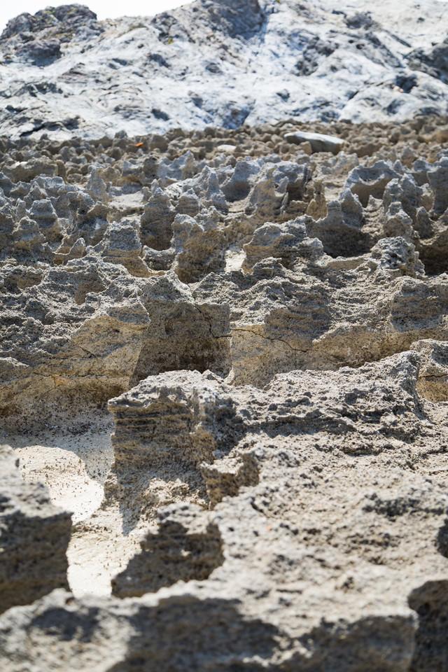 メランジ堆積物とゴツゴツした隆起サンゴ礁の写真