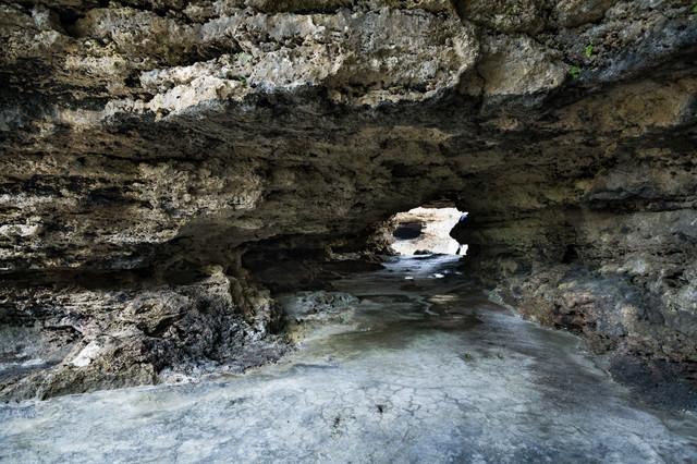 犬田布海岸に続くトンネルの写真
