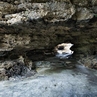 「犬田布海岸に続くトンネル」の写真素材