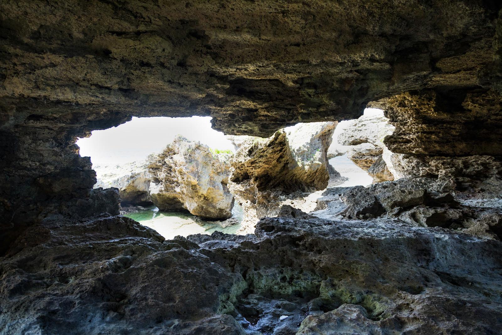 「犬田布海岸の洞窟から」の写真
