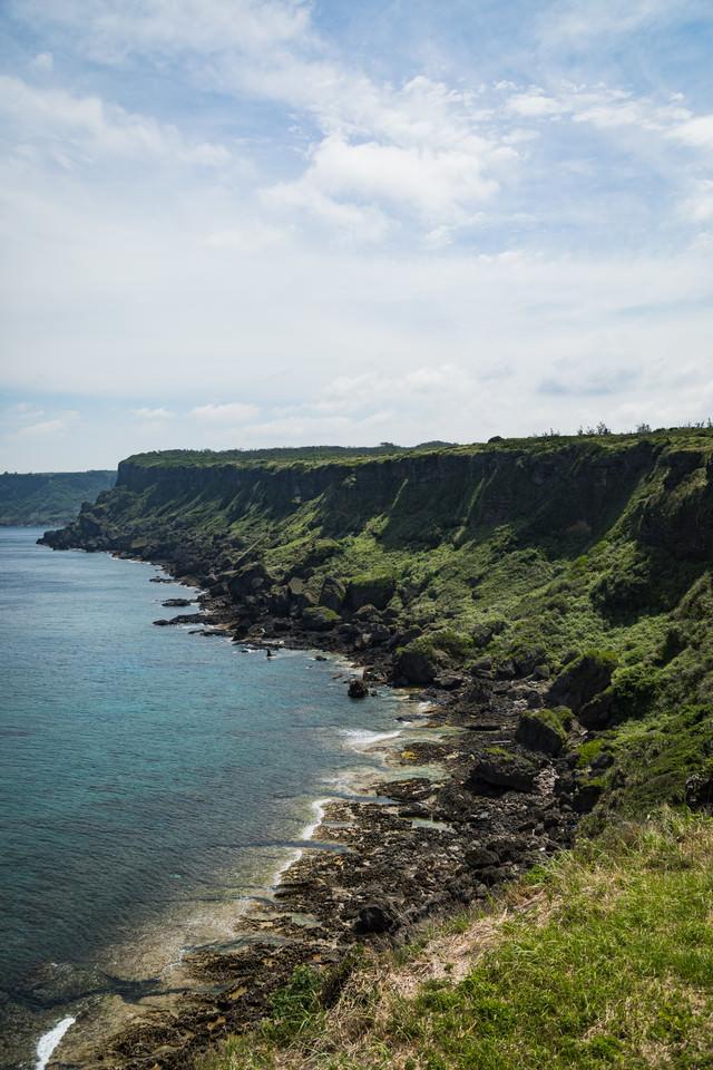 犬田布岬の断崖絶壁の写真