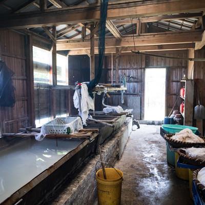 伝統製法で製塩する「ましゅ屋」の写真