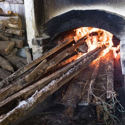 「窯を沸騰させるのに薪を燃やす」の写真素材