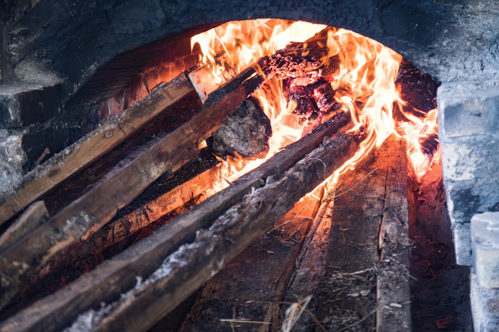 「薪が燃える様子」の写真