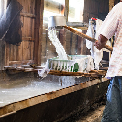 「海水を沸騰させ浮遊物を取り除く(製塩)」の写真素材