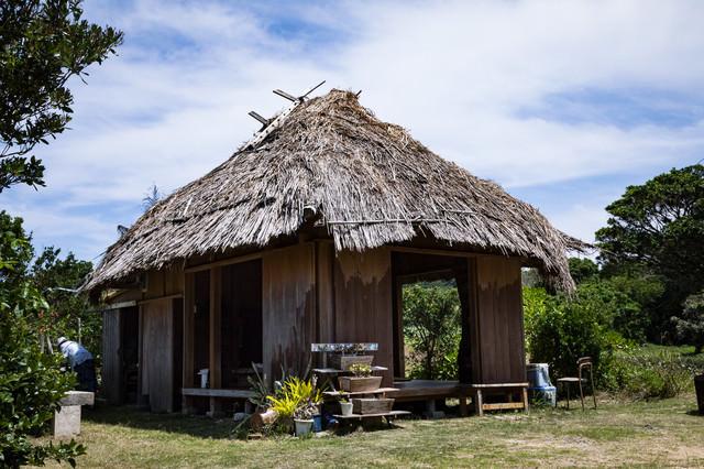 徳之島の茅葺屋根民家「あずまや」の写真