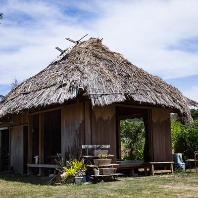 「徳之島の茅葺屋根民家「あずまや」」の写真素材