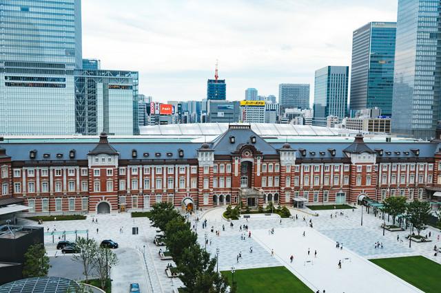 復原工事が終わった東京駅丸の内前の写真
