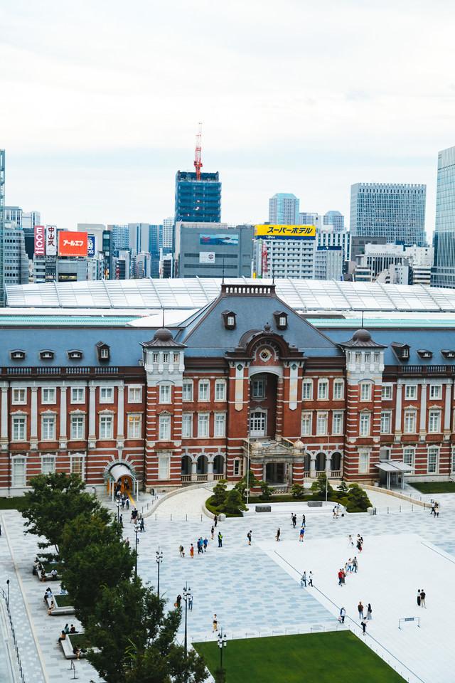 重厚な赤レンガ造りの東京駅の写真