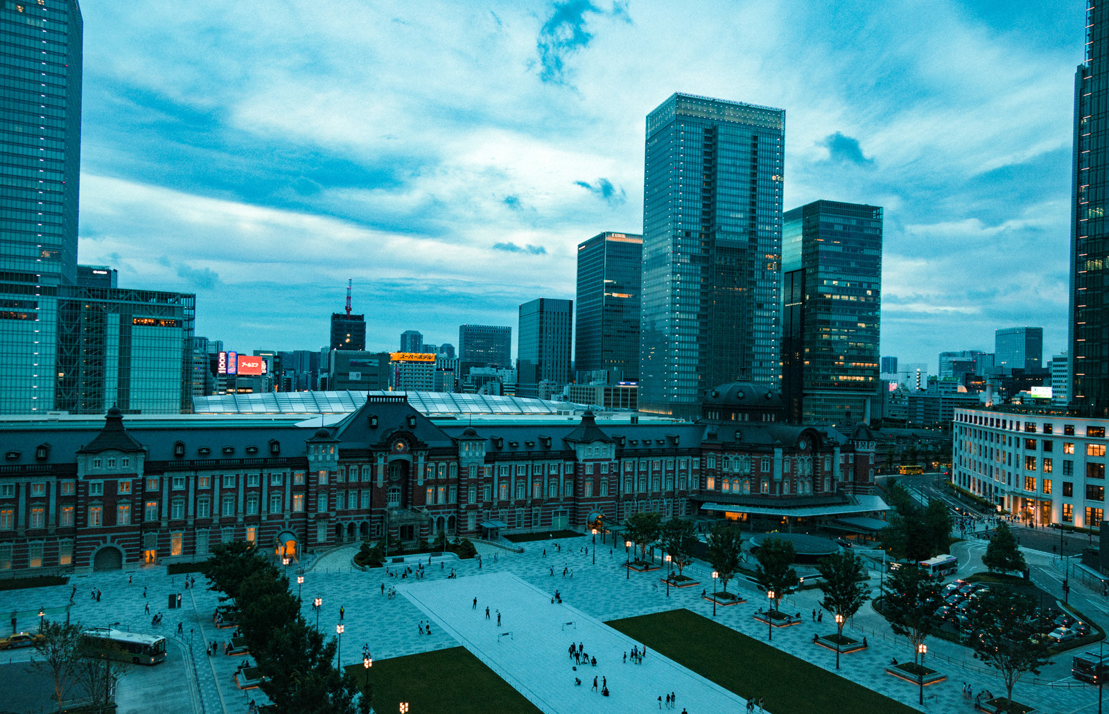 「日が沈む東京駅前」の写真
