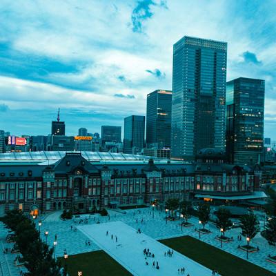 日が沈む東京駅前の写真