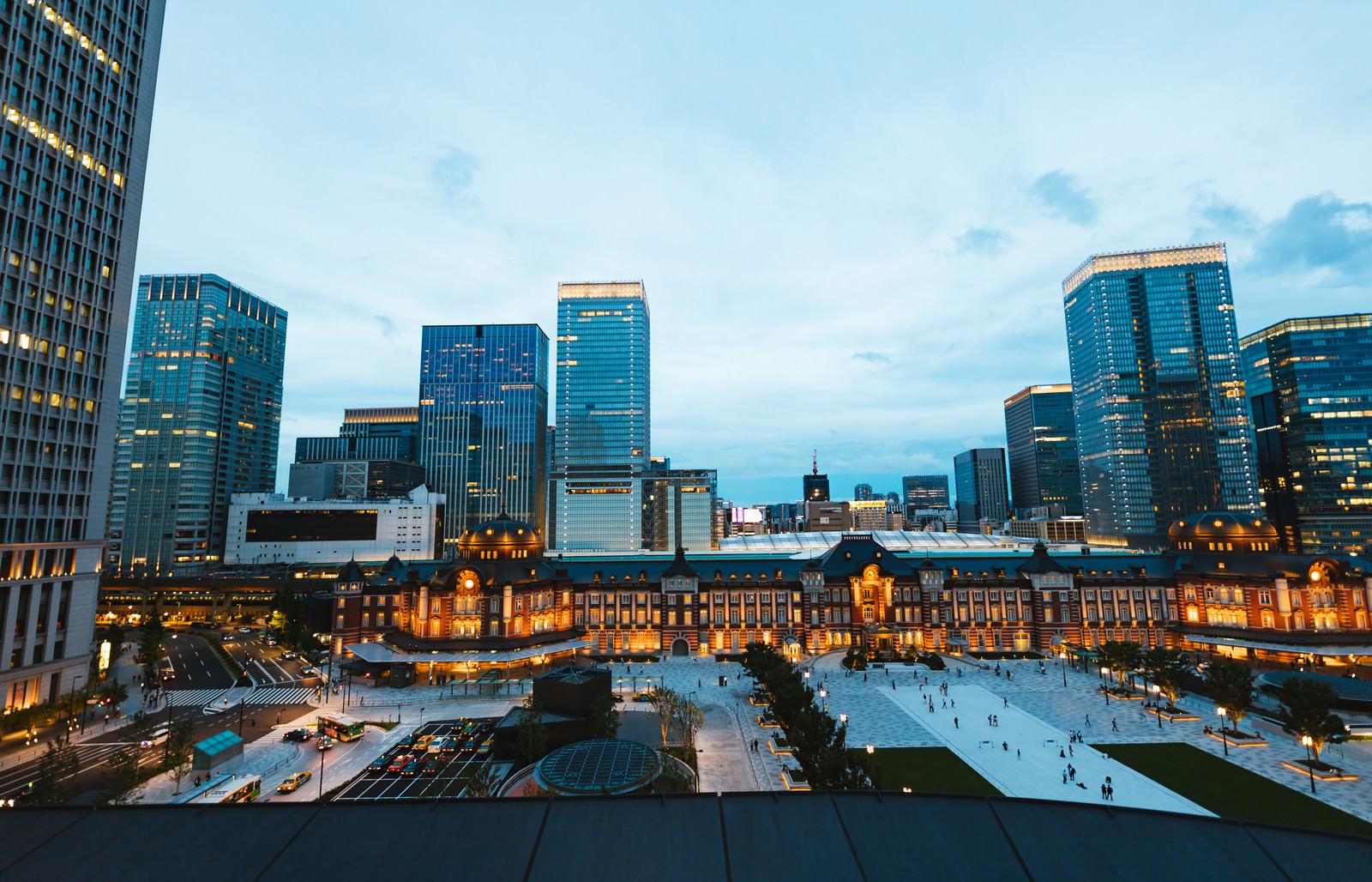「灯りがつきはじめる東京駅丸の内口」の写真