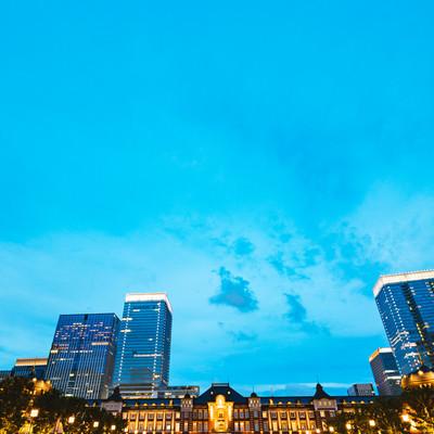 日が落ちてライトアップした東京駅丸の内の写真