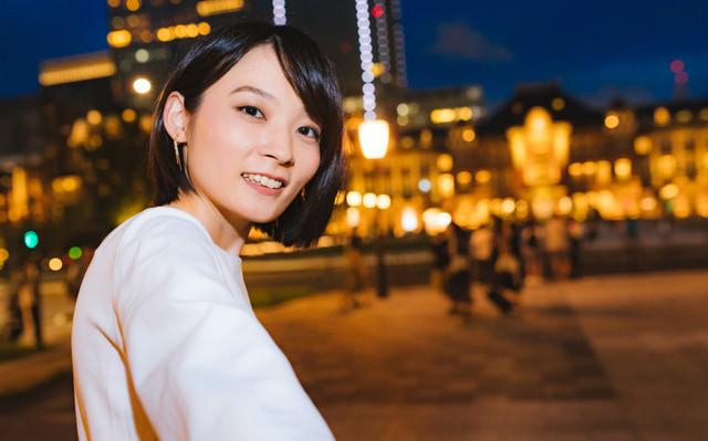 東京駅前で夜景デートに誘う彼女の写真
