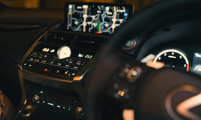 車内のカーナビと空調スイッチの写真
