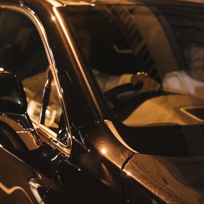 彼女を連れて深夜に高級車でドライブの写真