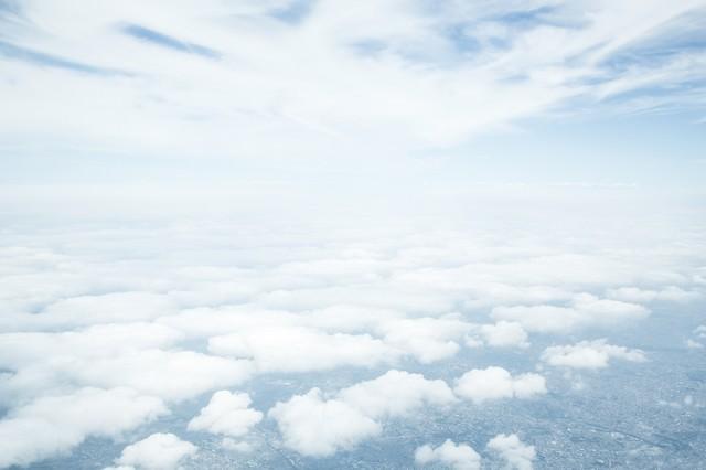 低い雲と高い位置の雲の写真