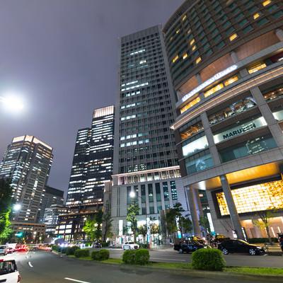 丸ノ内ホテル前の通り(夜景)の写真