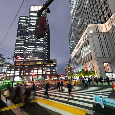 帰宅する背広組(東京丸ノ内)の写真