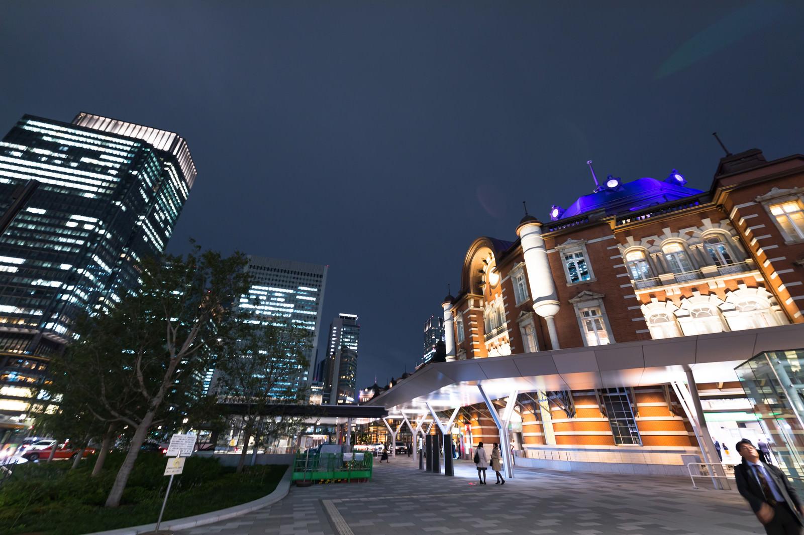 「東京駅前スナップ(夜) | 写真の無料素材・フリー素材 - ぱくたそ」の写真