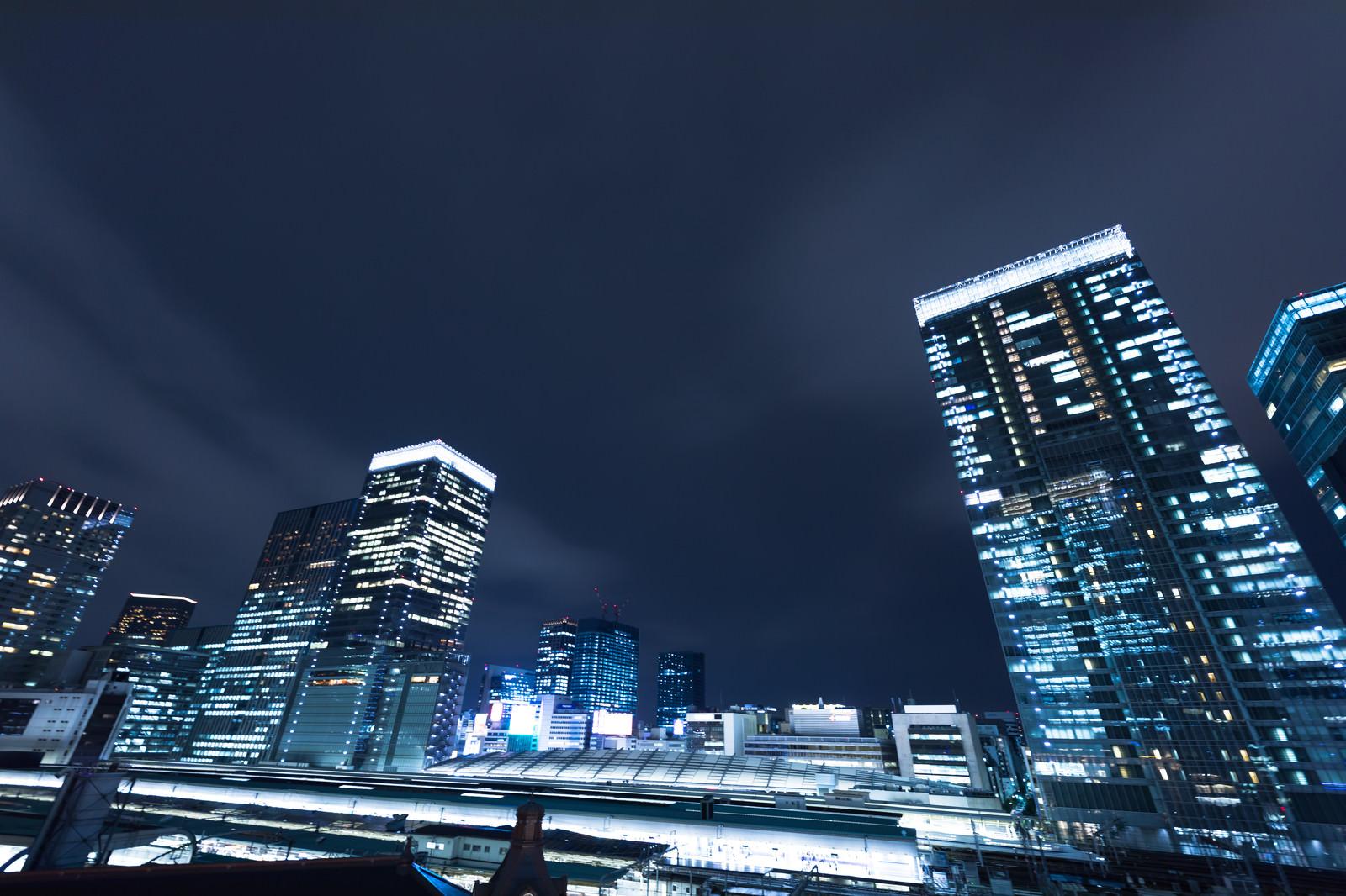 「東京駅ホームとビル群(夜景)東京駅ホームとビル群(夜景)」のフリー写真素材を拡大