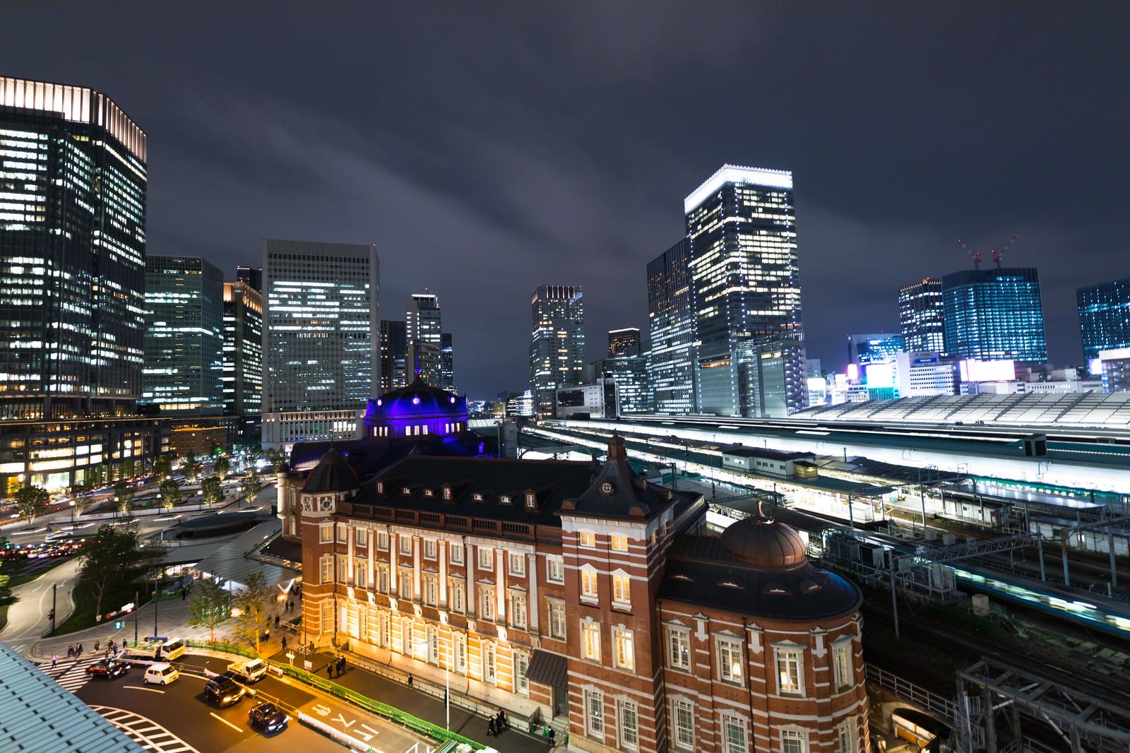 「東京駅丸の内駅舎とホーム」の写真