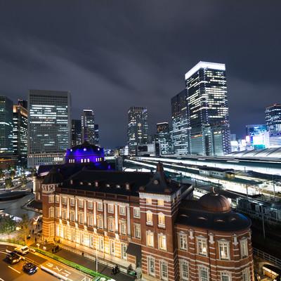 東京駅丸の内駅舎とホームの写真