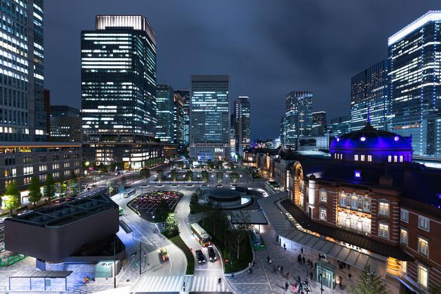 東京駅前の夜景の写真