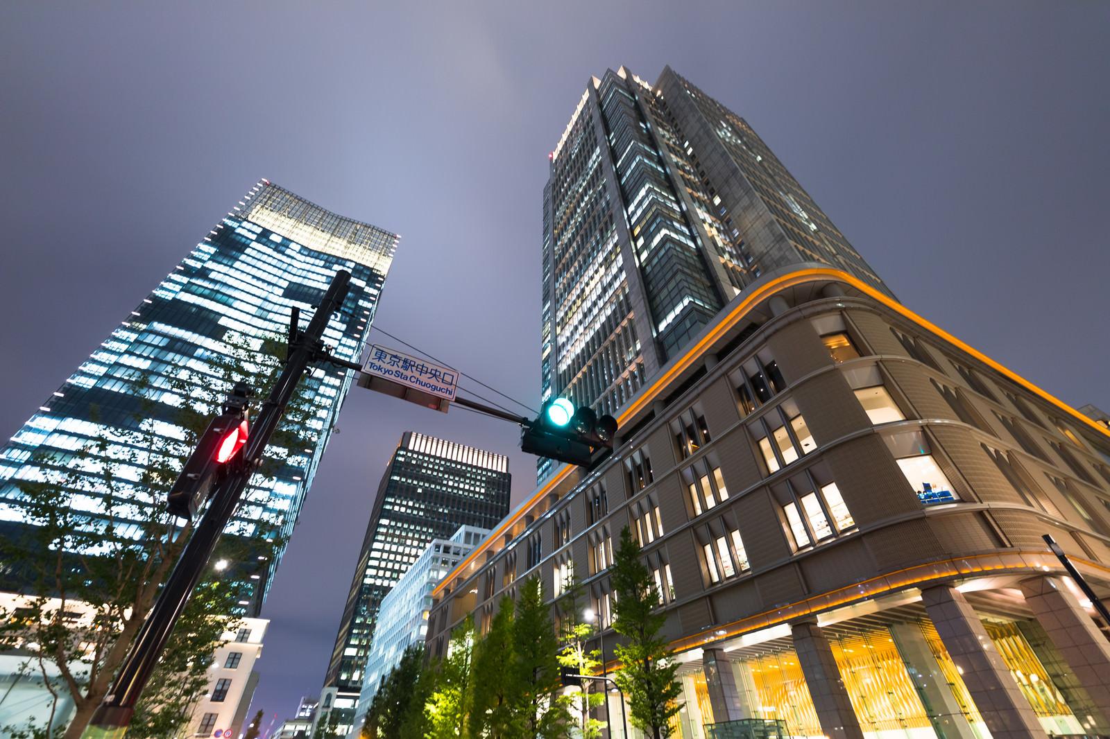 東京駅中央口(ビル群)のフリー素材