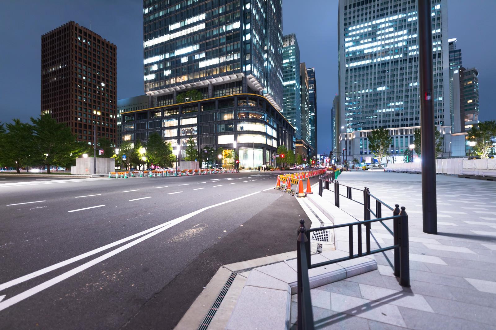 「工事中の東京駅前幹線道路(夜景)」の写真