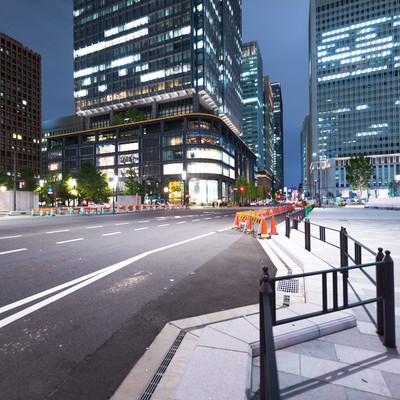 工事中の東京駅前幹線道路(夜景)の写真