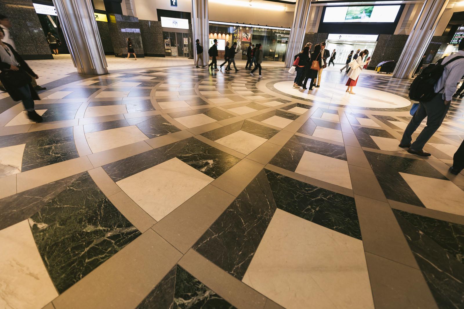 「東京駅の床模様」の写真