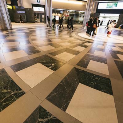 東京駅の床模様の写真