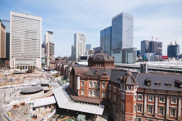 駅前の工事が続く東京駅(昼)の写真