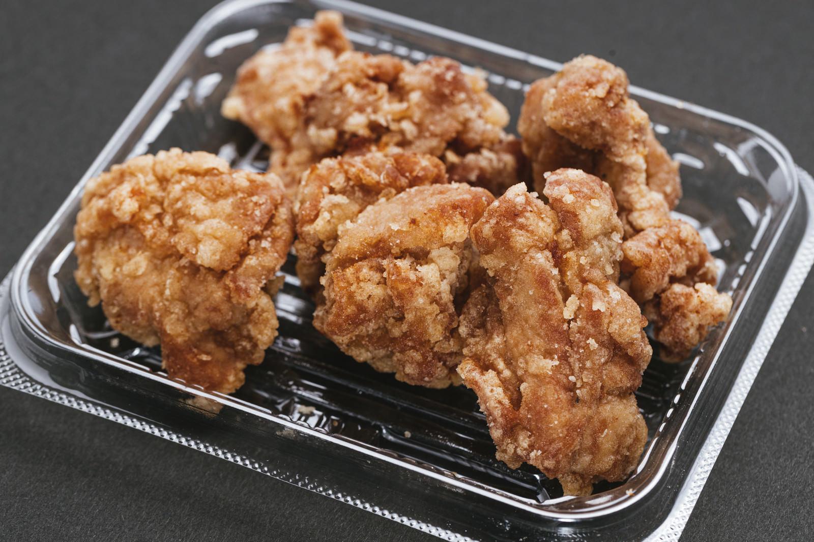 「パックで売られていた鶏から」の写真