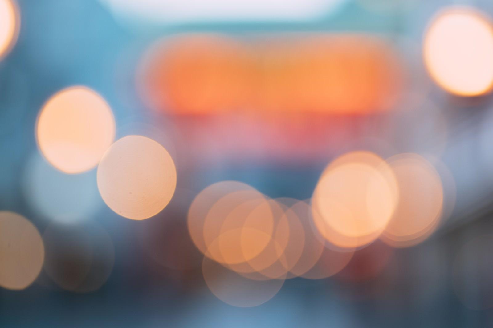「オレンジ色の煌めく玉ボケ」の写真